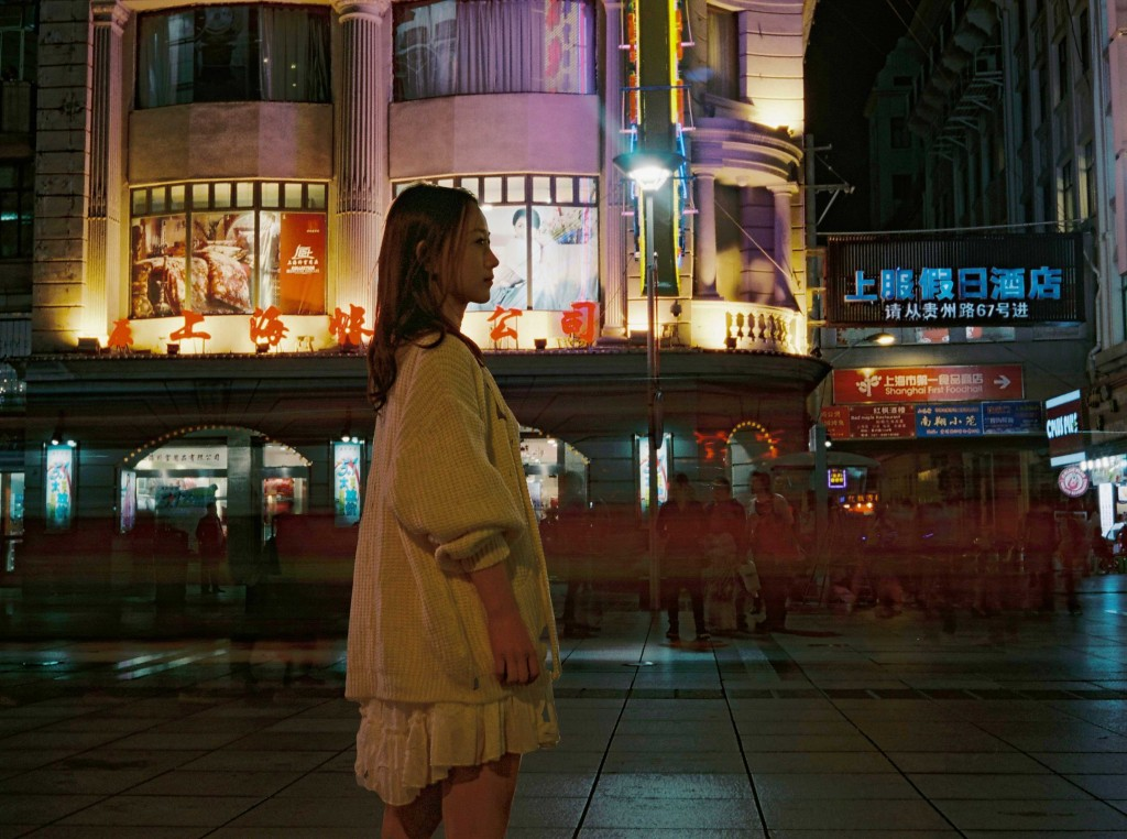 尝试夜景人像,夜晚上海的味道十足,只是不能捕捉其万一