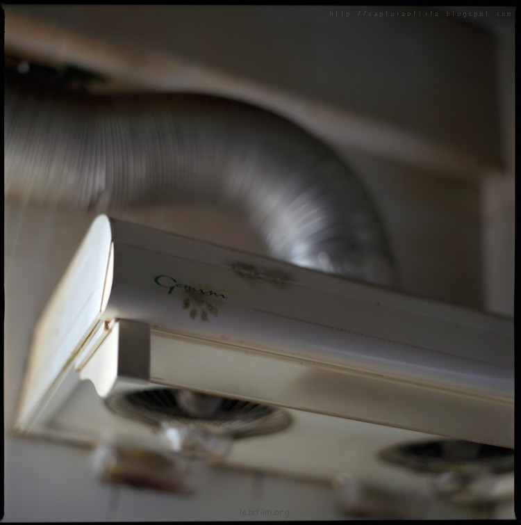 Zenza Bronica, 一个已经消失的品牌名字 他的出现和消失, 正好就代表着120底片单镜反光相机在摄影studio中的地位  日本的Hasselblad  Bronica的早期D型机身, 明显是模仿Hasselblad 所以亦被称为日本的Hasselblad 但到S2A的年代, 已发展至拥有自己的独特线条 相比起Hasselblad的方直设计, S2A自有另一种味道  Bronica S2A 于1969年正式发售, 至今已经有41年的历史  Bronica 的镜头  Bronica早期并没有自己制作镜头, 但所采用的镜头都由高质素的光学公司所提供 例如Nikon, Tomioka, Komura, 甚至远在欧洲的Zeiss Jena和Schneider  这些没有电脑辅助设计的老镜头, 解像度并不输于现代镜 而在颜色演绎方面, 虽然没有现代镜头来得浓烈 但较平实的色彩, 确能带来另一种感觉  参考作品