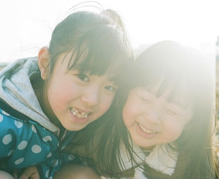 用镜头记录姐妹的成长