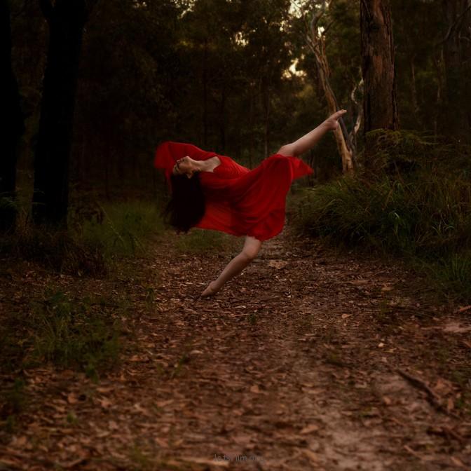 有力且富有诗意的舞者的自画像