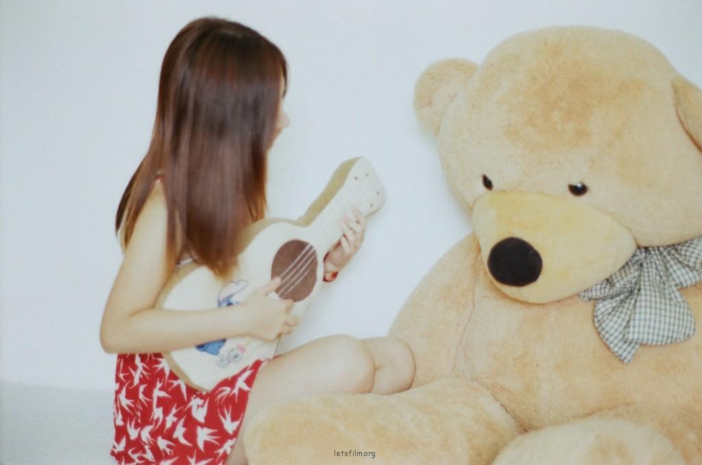 弹吉他给朋友听