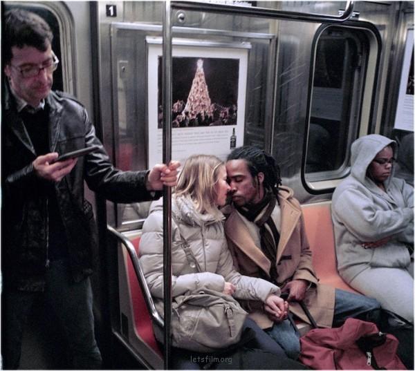 纽约地铁上的恋人们