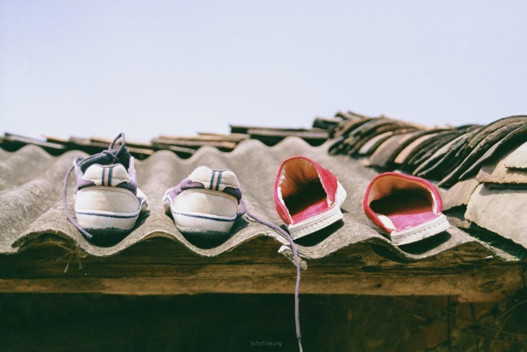 放在屋顶晾晒的鞋子