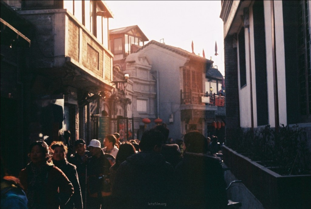 到达后海的路有很多,这条叫烟袋斜街。