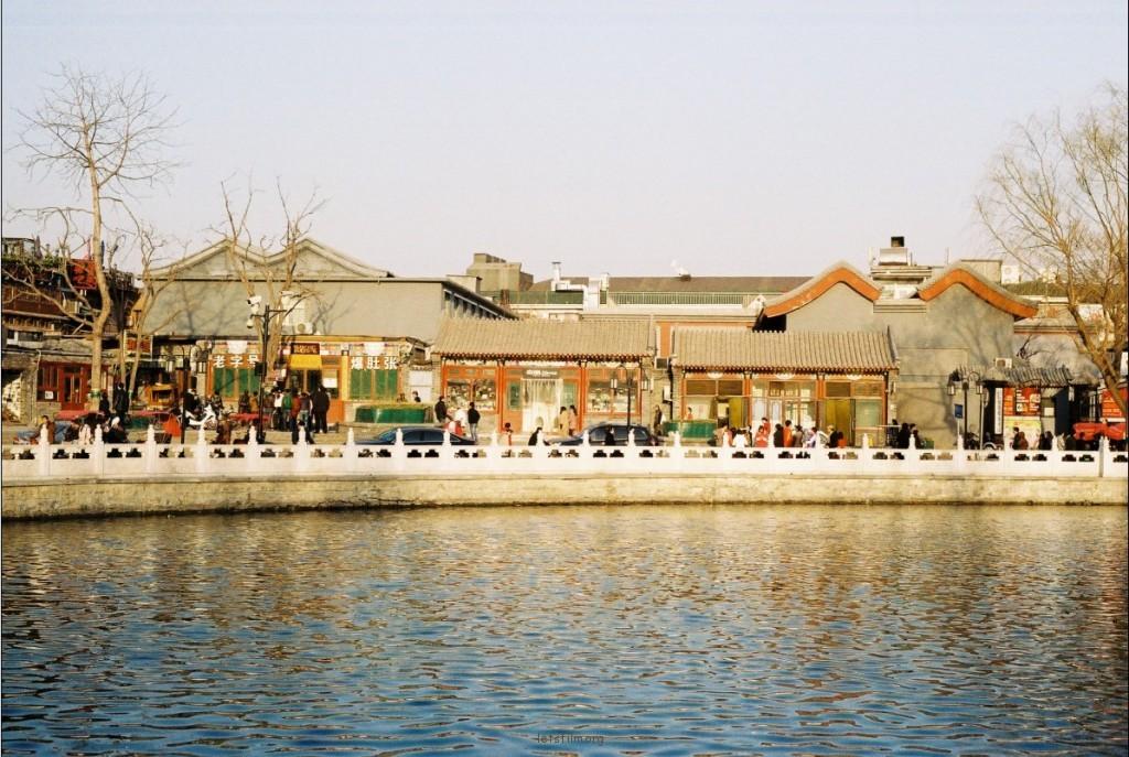 后海河沿的小吃店。