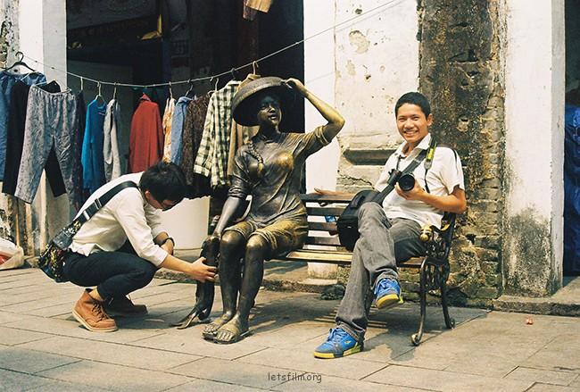 猴禽派和拘谨派 摄于2012年10月,北海老街,理光胶片机 两个同学在北海老街上看到一铜像想与其合影,一人含羞答答,一人...