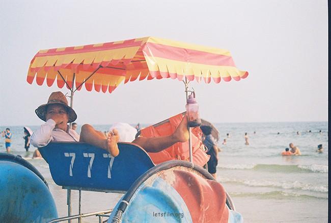 海边大叔 摄于2012年10月,北海银滩,理光胶片机