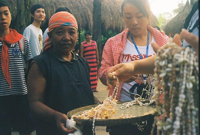 售卖贝壳项链的女人 摄于2012年10月,北海,理光胶片机