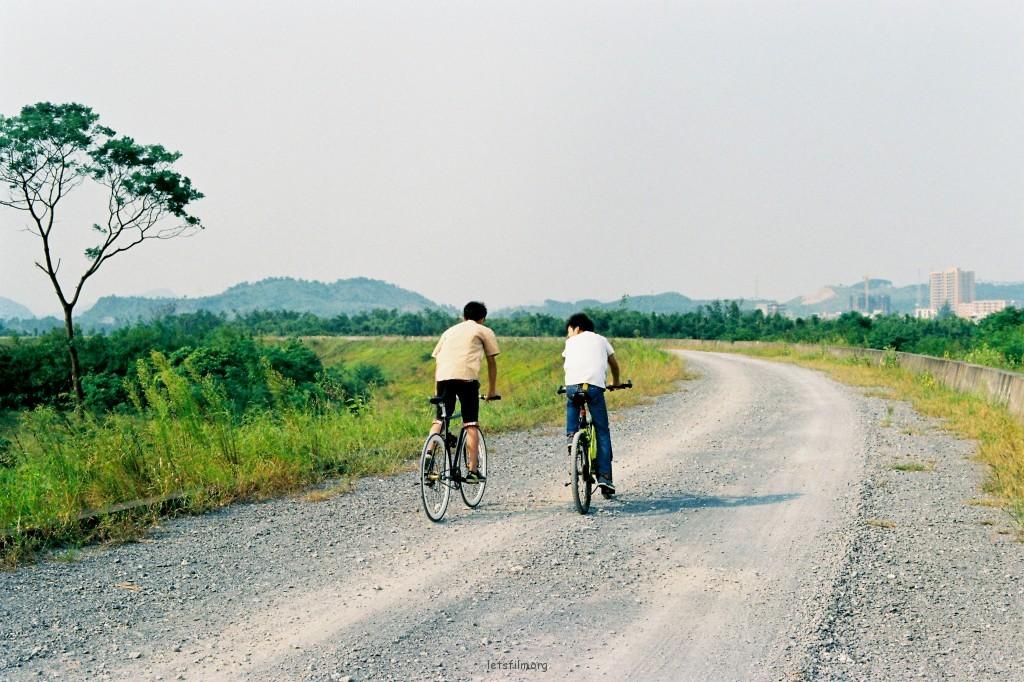 【少年们】国庆小假,回家晃悠,在偏僻山林遇到2个追风少年。#pentax K1000 M50 1.7 fuji业务卷#