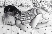 萌到满身血!宝宝和小狗一起睡觉