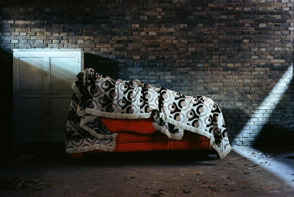的确那张沙发长得更像是一张床。也正是因为这一点,我更乐意把它叫做是沙发。