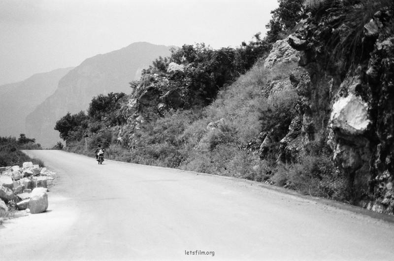 山上骑摩托飞驰而过的人