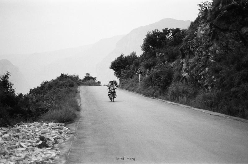 山上飞驰而过的摩托