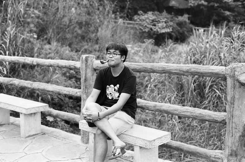 瀑布旁边叼着烟斗休息的老大