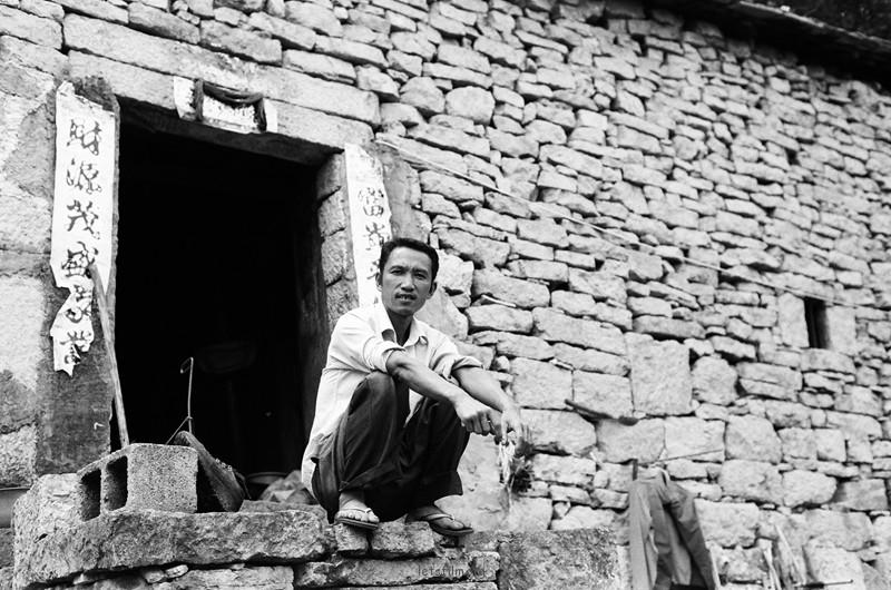 一个古村落的村民,全家已经在这个石头屋子里生活了几百年
