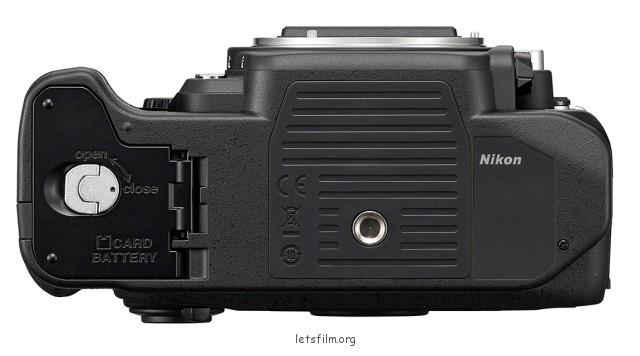 尼康DF的记忆卡槽和电池槽一起设计自底部安装。