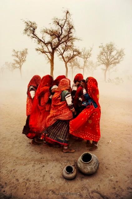 遮挡风沙的女子们,拍摄于1983年的印度。