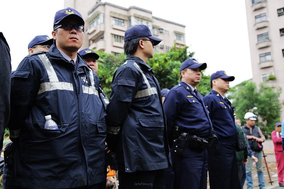 仰角拍摄代表公权力的警察,在于拍摄者意图营造公政府居高临下打压的立场