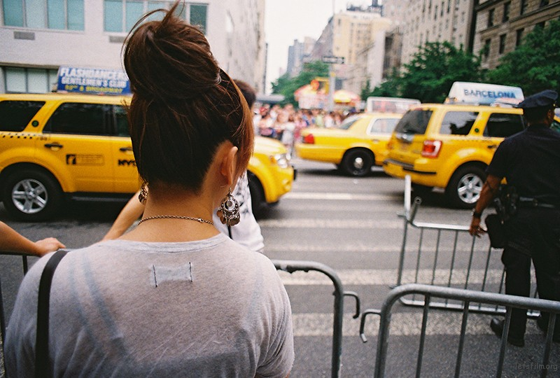 这是另一张背影。年轻女孩和历经世俗女人所面对的纽约街道。