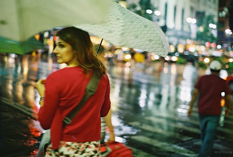 背影。那晚刚下过雨,出了地铁口就遇到这一幕。这是一位在纽约打拼的女人生命中的一个点。