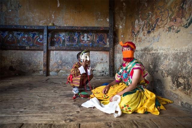 蒙上面具的不丹舞者和男孩 — Joyce Le Mesurier