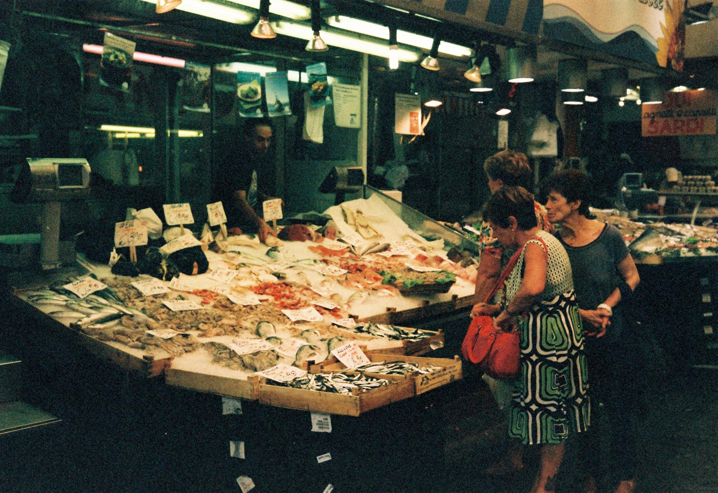 海鲜市场里的贝壳烟灰缸