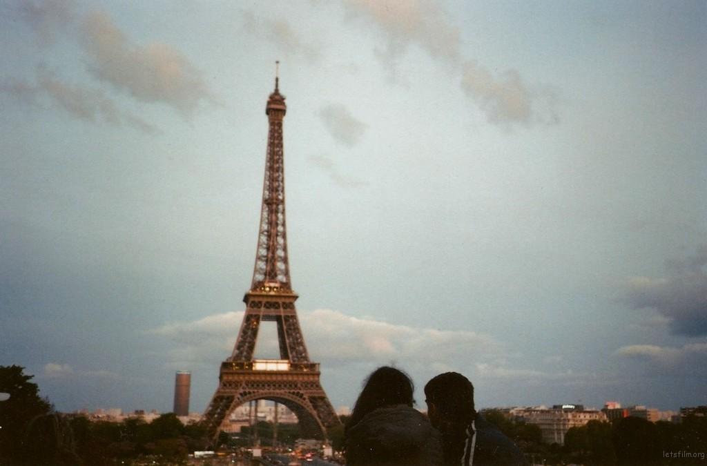 以色列来的Sara和Jacob, 来巴黎五年了。他们喜欢在周末的时候从夏宫看着铁塔,什么也不说