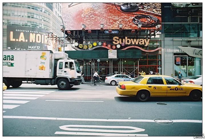 卡车,自行车,计程车,警车,私家车,行人。这里是纽约。这里很忙碌。