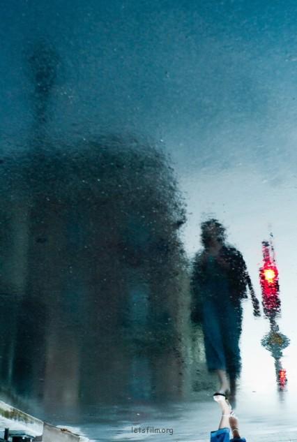 冷色调的主体画面中,一点红色灯光似乎更有画龙点睛之效