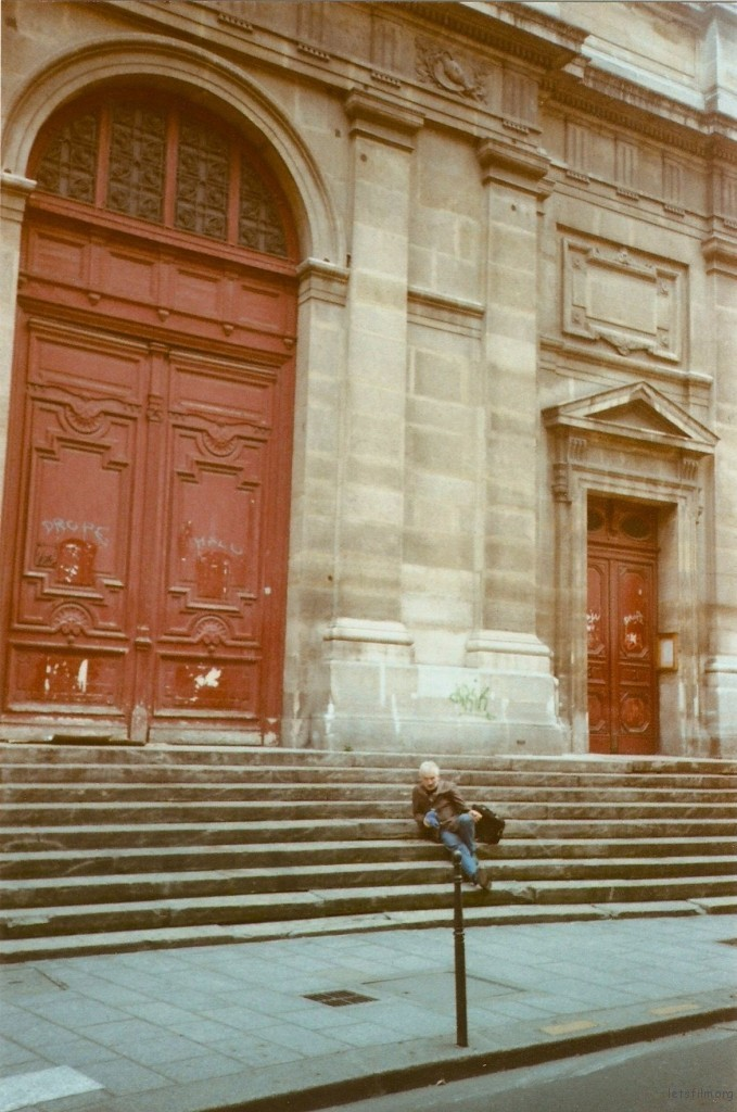 自言自语有些神志不清的Marc, 靠在教堂台阶上休息打发一个下午
