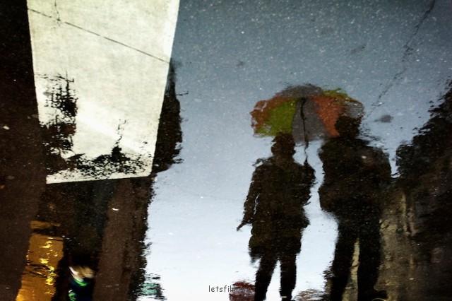 倒影中的伞下光景是不是更浪漫呢