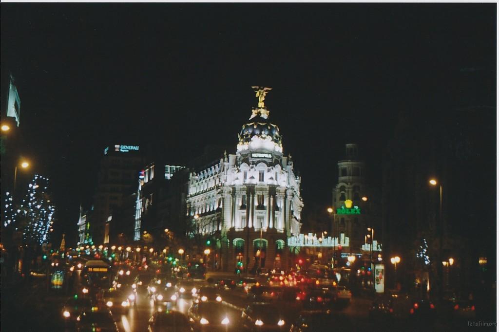 马德里最重要的一个岔路口,往右是商业街GRAN VIA; 往左是颇有情调的SEVILLA,终点是太阳门广场。