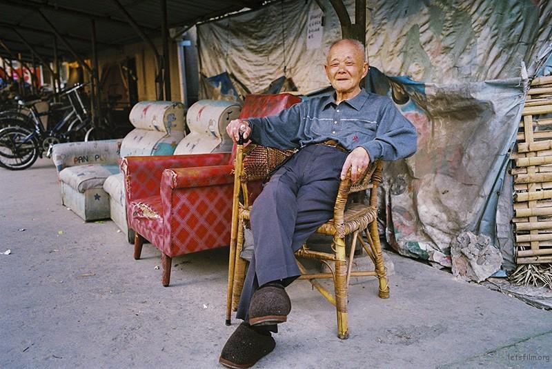 扔掉的旧家具是老人们平日里休憩的场所