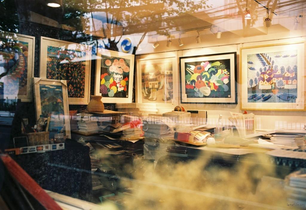 思南路上,一家小画廊,孤独的安静的,与马路的法国风情完美的结合在一起。