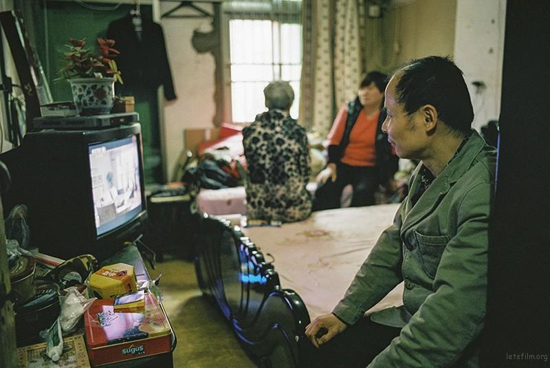 49岁的李健一家三口住在局促的房间里