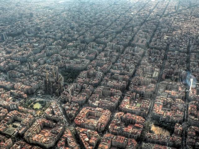 巴塞罗那的房屋也规画的太整齐了吧!完全就是三角形和正方形组合而成的阿!