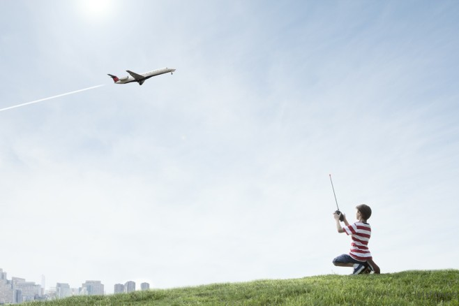 这台遥控飞机也太真实了吧!画过天际的凝结尾还有模有样呢!