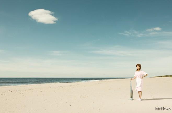天空只剩一朵白云,沙滩上干净的没有任何人事物,多亏了这把吸尘器。