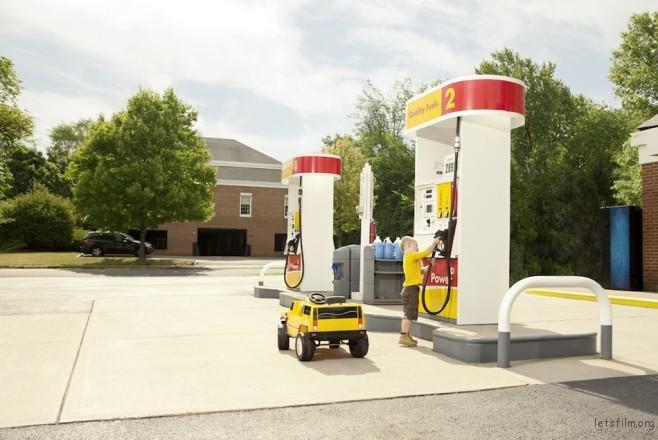 谁说加油站都是大人在使用的?儿童也有专属汽车和加油站呢!