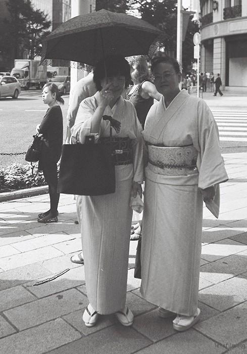 去日本先去的东京,那里不象京都一般随处可见穿和服的男女,刚来东京前两天总是会在街上寻找着穿和服的人。银座是很多有身份的人常去的地方,看到的也常是些有钱有地位的人,穿的和服也有别于普通和服,多是高级订制,图中的两位年长的阿姨,是在银座一个商场前看到,当时被她身上的和服惊倒,料子成色的确是上品,两位也十分有气质。我奔跑过去到她们面前,说着斯密马赛。。。可否拍照之类的话,她们微笑的同意了,这时我才发现,她们身边有很多台摄像机在跟拍她们,我并不知道她们是什么来头,名媛或者政员。。。不得而知。我拿着我的相机,准备拍的时候,她们身边的摄像师都迅速的让开位置,好让我拍照,我很感叹日本人这方面的素养,再三的感谢后和她们告别。只可惜是黑白的胶片不能拍出和服的质感。