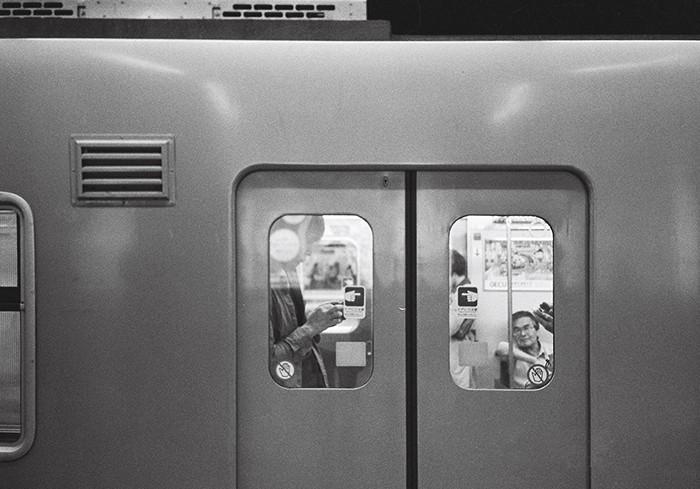 在东京做地下铁是件很头疼的事情,线路多而复杂交错。不过有很多可以拍到的画面。