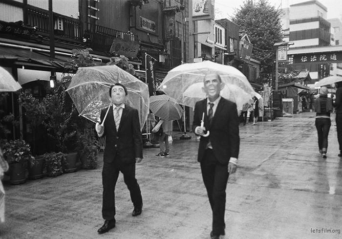 那天去浅草寺后来下了小雨,于是在雨中开始徒步行走,日本随处可见的就是这种透明的雨伞,我淋着雨漫步嬉笑倒也显得特别,开始走到远离闹市的地方,随处拍照,一金色的大脑袋晃如眼前,我定睛看去,不正是奥巴马,我开始怀疑他是真是假的时候,他发出了哈哈哈哈的笑声,我就乐了,对着他大喊一句,hi,obma。。。随着拿起没关上镜头相机没来及对焦就迅速按下快门。他和我挥手后才发现旁边那边不正是小泉,那种戏剧感让我在他们走远后还回味了很久。又好玩又讽刺,如果这时候息主席从旁边巷子里走出来,那是不是更有意思。