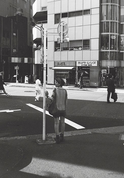 在东京街头游晃的时候拍的这张,没有什么原因,只是在那个时候,刚好看到一个姑娘的背影,刚好站在街边象是在等着谁,一时心动,就按了快门,想象的东京街头就是这样,可能随便哪里一站就可以发现美丽的事物,和背景搭配的如此和谐。
