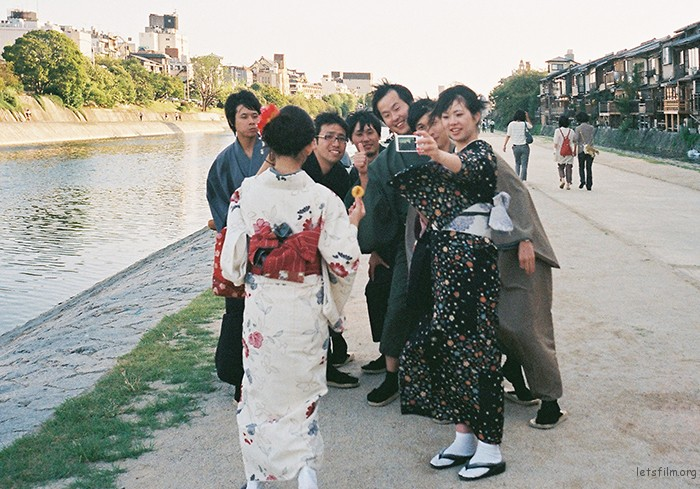 在京都桥边吹风,看到一群穿和服的学生在试图用手上的数码相机怕下他们所有人的画面,一次两次三次的尝试,看着他们没拍完一次就大笑的画面,我走过去,对着他们的拍下了这张,然后跟他们say  hello,拿相机的女孩跑过来拜托我给他们拍张合照,我便答应了,喊着one two three。他们发现我并不是日本人,和我示意问好,然后道别。羡慕日本的制服以及和服的文化,我们的文化去哪里了。。。。