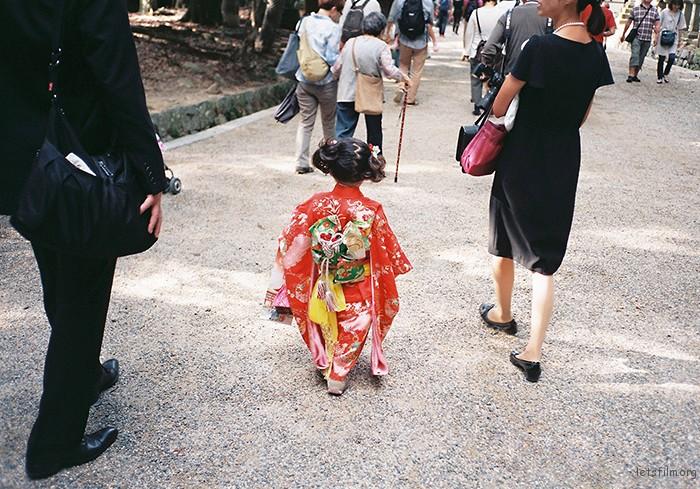 去奈良看梅花鹿的时候,偶遇的小姑娘,缩小版的和服一样做的很精致,样样齐全。真的很漂亮。