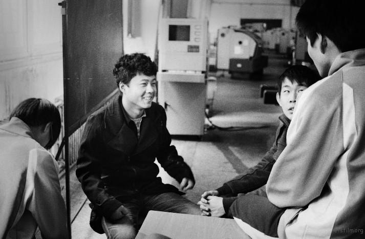 临去工厂前我们坐在一起说说笑笑,到了临分别的时候,这种简单的围坐在一起唠嗑也觉得非常的宝贵