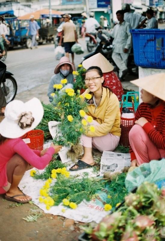 美奈前往仙女溪时正好是集市热闹的时候,集市上除了令人垂涎三尺的美食,最最抓我眼球的 便是这些卖花的菇凉了。中国的菊花是祭祀的,而越南的菊花则是用来祈福的,大街小巷都能看到菊花。BTW卖花的菇凉人超级友好....还送了我一大把 兴许是将她的祝福也送给了我。哈哈~