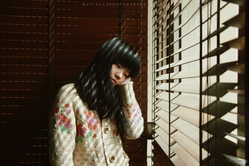百叶窗下少女