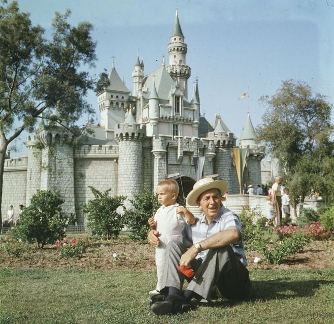 华特先生与他的孙子小小华特一起享受迪士尼的草皮!
