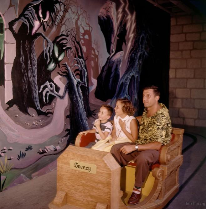 孩子们一脸很享受被惊吓的样子,他们爸爸长得很帅。